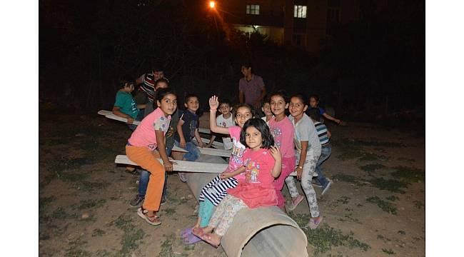 Çocukların boru üzerinde tahterevalli keyfi