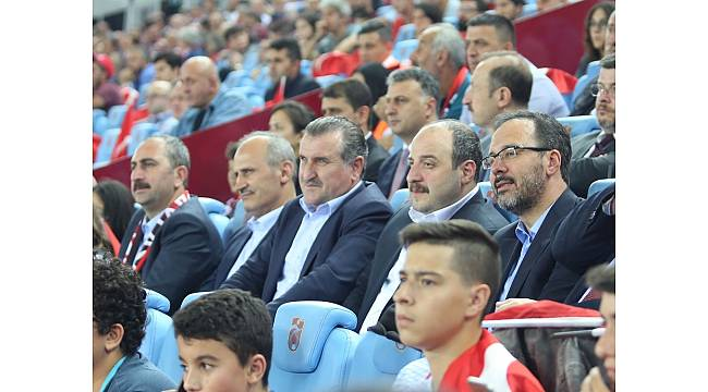 Bakanlar milli maçı tribünde taraftarların arasında izledi
