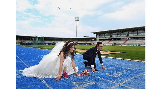 Düğün fotoğraflarını aşklarının başladığı atletizm sahasında koşarak çektirdiler
