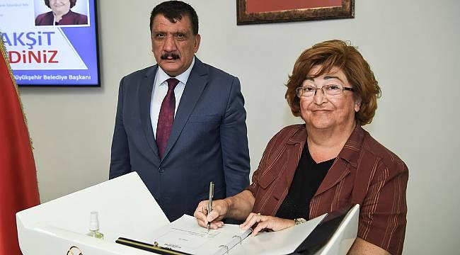 AK Parti Genel Başkan Danışmanı Güldal Akşit ve beraberindeki heyeti kabul eden Başkan Gürkan,